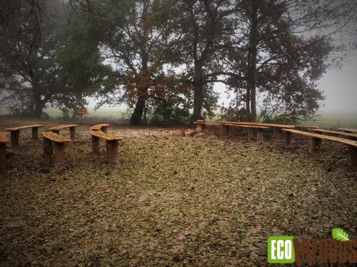 Robinia Boomstaamparkbanken zonder rugleuning met staanders met schors op Natuurbegraafplaats Fryslan 2